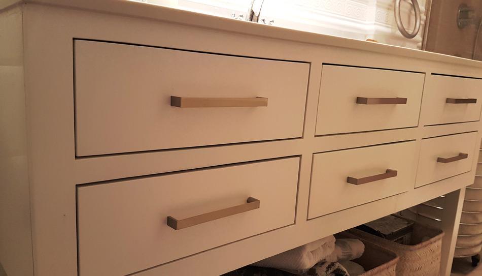 Tirador moderno en mueble de ba o manistil - Tiradores para muebles de bano ...
