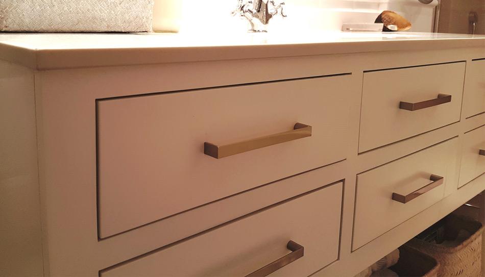 Tirador moderno en mueble de ba o manistil for Muebles compra